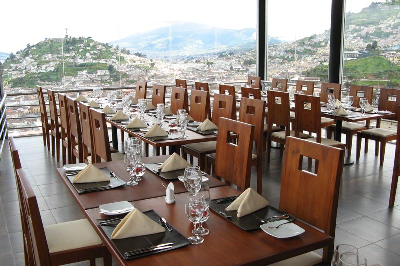 Comedor principal, vista al panecillo en el día | Restaurante El Ventanal