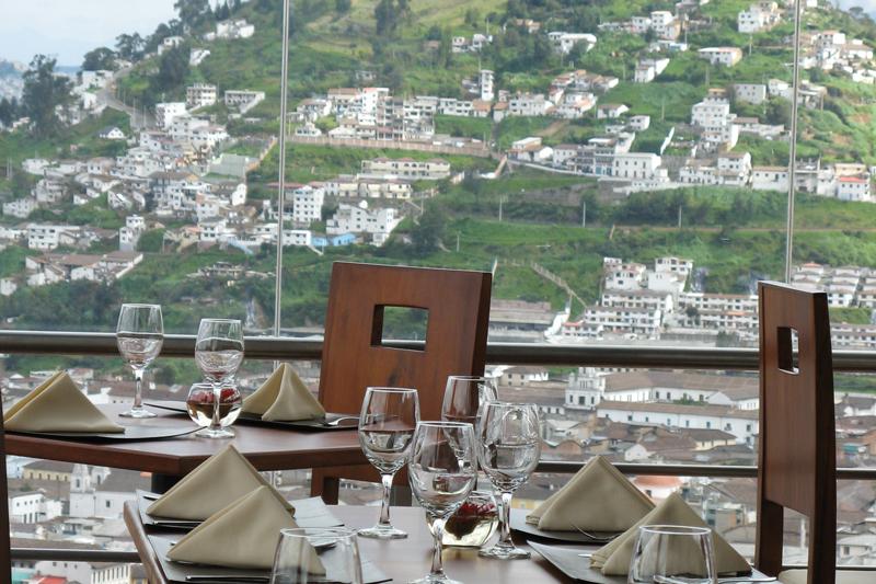 Comedor principal, vista al panecillo en el día, copa de agua | Restaurante El Ventanal